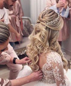 ideas makeup looks bridal wedding hairstyles Bride Hairstyles For Long Hair, Quince Hairstyles, Curls For Long Hair, Veil Hairstyles, Wedding Hairstyles With Crown, Curly Wedding Hair, Wedding Hair Down, Bridal Hair Vine, Wedding Hair And Makeup