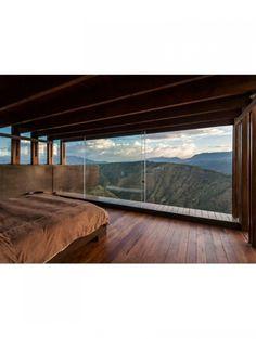 18 slaapkamers om bij weg te dromen: Slaapkamer met uitzicht op de bergen | ELLE Decoration NL