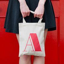 Mini Väskor med bokstav passar perfekt att ha det viktigaste i.