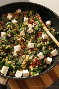Składniki: - 2/3 szklanki kaszy pęczak - 200g świeżego szpinaku - 2 ząbki czosnku - 1/2 słoiczka suszonych pomidorów w oleju - 1/2 łyże... Healthy Food Blogs, Healthy Recipes, Helathy Food, Vegetarian Recipes, Cooking Recipes, Clean Eating, Healthy Eating, Vegan Dinners, Food Inspiration