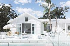 New modern beach house australia decks Ideas White Exterior Houses, Modern Exterior, Exterior Paint, Beach Cottage Style, Beach House Decor, Beach Chic Decor, Home Decor, Style At Home, Weatherboard House
