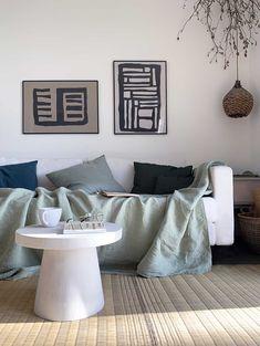 Cécile de Misc voulait une table basse sur-mesure ressemblant à la table basse en béton ultra design de Serax pour AM PM, mais pas chère et très légère pour pouvoir la déplacer facilement. L'idée m'est venue d'utiliser un cache-pot renversé, du bois et un enduit. #DIY #table #beton #design Interior Design Living Room, Living Room Designs, Table Beton, Diy Home Decor, Diy Decoration, Modern Design, New Homes, Diy Projects, Pillows