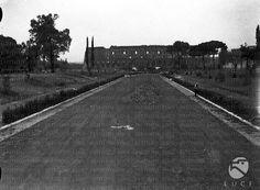 Veduta del parco di Traiano; sullo sfondo si scorge il Colosseo data 12.04.1936