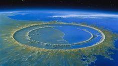 Apesar de ser uma das crateras mais conhecidas do mundo, Chicxulub — cuja pronúncia é (mais ou menos) tchicussulub — não é a mais antiga ou a maior da Terra. A formação fica na Península do Yucatán, no México, e acredita-se que ela foi criada pela colisão de um asteroide com cerca de 10 quilômetros de diâmetro.