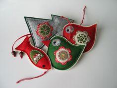 Vánoční+dekorace-+4+kusy+Vánoční+sada+na+přání....+Vánoční+ozdoby+z+plstive+tvaru+ptáčka,+stromečku+a+rybky.+Ozdoby+jsou+zdobené+aplikací+s+ruční+výšivkou.+Barevná+kombinace+červené,+zelené,+smetanové,+béžové+a+šedé.+Lze+použít+jako+ozdobu+na+stromeček,+adventní+věnec,+či+vánoční+aranžmá+a+především+obdarovat+někoho+blízkého.+Cena+je+za+celou+sadu,+...