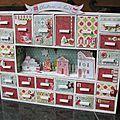 calendrier de l'avent - support en bois - rouge vert bleu - - handmade by Mano Pink Christmas, Christmas Presents, Christmas Stockings, Christmas Crafts, Xmas, Office Decor, Creations, Holiday Decor, Advent Calendars