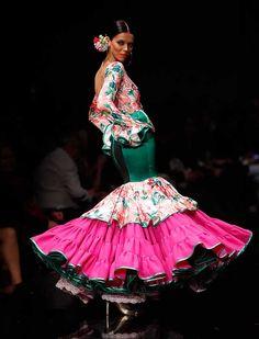 Miriam Galvín ha presentado en Simof «¡Flores!», una colección que fusiona colores, estampados y texturas con los motivos florales como eje central. (Foto: Raúl Doblado) Traditional Fashion, Beautiful Dresses, Boho Chic, Glamour, Culture, Love Fashion, Costumes, Flamenco Dresses, My Style