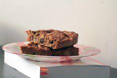 Fiolkowa Przepisownia: Ciasto marchewkowe z mleczną czekoladą i pistacjami