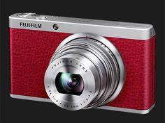A câmera Fujifilm XF1 tem elegante corpo de alumínio parcialmente revestido com couro sintético