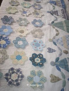 Risultato immagini per blue hexie quilt Hexagon Patchwork, Hexagon Quilt, Quilt Boarders, Quilt Blocks, Paper Piecing, Quilting Projects, Quilting Designs, Flower Quilts, Blue Quilts