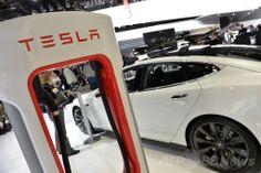 米デトロイト(Detroit)で開かれた北米国際自動車ショー(North American International Auto Show)に出展した米電気自動車(EV)メーカー、テスラ・モーターズ(Tesla Motors)のEV「P85+」と充電ステーション(2014年1月14日撮影)。(c)AFP/Stan HONDA ▼13Jun2014AFP 米電気自動車テスラ、全特許をオープンソース化 http://www.afpbb.com/articles/-/3017620 #Tesla_Motors_P85+ #Charging_station