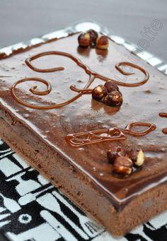 ENTREMETS CHOCO / PRALINE / NOISETTES (Biscuit cacao : 2 x 20 g de sucre, 2 œufs, 2 blanc d'œuf, 60 g de poudre d'amandes, 10 g de cacao amer, 30 g de beurre, 40 g de farine) (CROUSTILLANT NOISETTES : 60 g de noisettes, 100 g de chocolat blanc, 45 g de gavottes (choco lait) (CREMEUX PRALINE : 250 g de crème, 4 jaunes d'œufs, 100 g de praliné, 2 c à c de sucre, 2 feuilles de gélatine) (MOUSSE CHOCO : 150 g de chocolat, 300 g de crème, 1,5 feuilles de gélatine) Sweet Recipes, Cake Recipes, Beaux Desserts, Delicious Desserts, Yummy Food, Poke Cakes, Sweet Tarts, Something Sweet, Caramel Apples