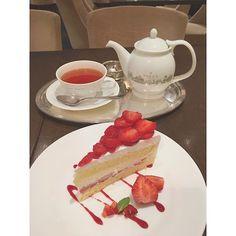 LE SALON DE NINA'S ・おまおうたっぷりショート ・ヴェルサイユローズ 遅い時間までやってるカフェはありがたい☺︎ 疲れた脳に糖分を… まだ酸味の強いあまおう🍓と甘いクリーム.美味♡ 歯がいらないくらい柔らかいスポンジ グレープフルーツ香る紅茶も美味しかった☕️ ・ #yokohama#japan#minatomirai#cafe#lesalondeninas#cake#strawberry#tea#sweets#cute#yummy#like#横浜#みなとみらい#カフェ#ルサロンドニナス#あまおう#苺#ショートケーキ#紅茶#美味しかった#ビジュアル最高#あっという間に食べちゃった#風邪ひいてるけど美味しいイチゴ#ドラマの撮影してたよ#最近毎日撮影してるよ#ちょっと前まで逃げ恥の撮影してたよ