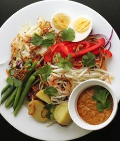 Gado Gado Indonesian Salad with rice! The sauce is amazing! Very healthy too! Dutch Recipes, Asian Recipes, Vegetarian Recipes, Cooking Recipes, Healthy Recipes, I Love Food, Good Food, Indonesian Cuisine, Indonesian Recipes