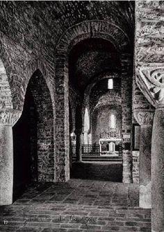 Abbaye de Saint-Martin du Canigou : vue de la nef de l'église supérieure (1010-1020). Voûte en berceau plein cintre. Colonnes monolithes et piliers cruciformes.