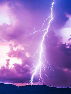 Es ist eine gruselige Vorstellung: Bei  Gewitter noch draußen sein und selbst vom Blitz getroffen werden! Wovor viele Leute sich fürchten,