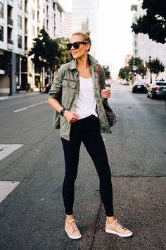 Fashion jackson green utility jacket white tshirt black leggings beige nike sneakers goyard t Sneakers Outfit Summer, Sneaker Outfits Women, Tennis Shoes Outfit, Sporty Outfits, Mode Outfits, Trendy Outfits, Fashion Outfits, Nike Sneakers, Fashionable Outfits