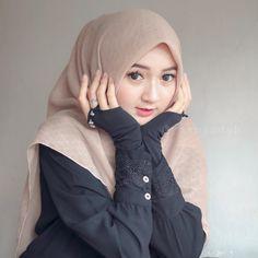 In Hijaber: Sweet Girl Hijab Smile Muslimah Wedding Dress, Hijab Style Dress, Casual Hijab Outfit, Hijab Chic, Beautiful Hijab Girl, Beautiful Muslim Women, Hijabi Girl, Girl Hijab, Arab Girls
