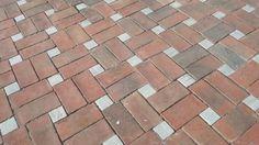 A terracota manual ou tijoleira é  feita com uma unica matéria prima: o barro ou argila  Ladrilho Santa Catarina