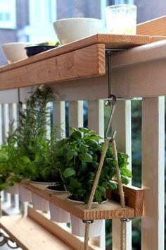 Amazing & Affordable Diy Apartment Decorating Ideas - Diy Home Decor Balcony Planters, Small Balcony Garden, Small Balcony Decor, Small Terrace, Balcony Design, Balcony Ideas, Small Balconies, Apartment Balcony Decorating, Apartment Balconies