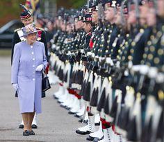 Pin for Later: Die Queen ist gar nicht so königlich wie ihr vielleicht denkt Royal: Als sie ihre Truppen begrüßte