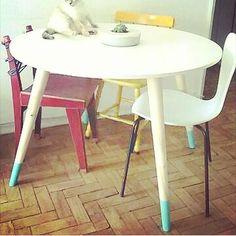 Gente, olha que incrível essa mesa da nossa querida Izabella. O detalhe azul nos pezinhos de 75 cm deu um charme mais do especial para a composição das cadeiras.  Deixe a imaginação rolar e crie suas próprias peças.  www.agnolias.com.br - menu pé palito  #pedemesa #pépalito #DIY #DIYideas #homedecor #interiorDIY #pezinhos #retrô #vintage #dippeddye #dipfurniture #colors #retrofit #criativo #criatividade #customização #custom