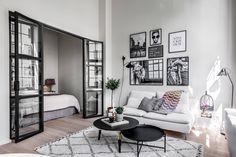 гостиная спальня перегородка диван цветок ковер столик стена постеры
