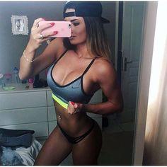 Bon, à défaut d'aller à la salle je me fais plaisir  nouvelle petite brassière @nike   Pour ceux qui me demandent, je pourrai reprendre le sport doucement d'ici 2 ou 3 semaines.. c'est looong  Continuez de vous entraîner pour moi !  #mmjhottie #body #fitlife #nikewomen #fitgirl