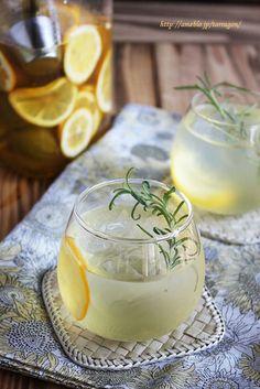 ■爽やか、梅はちみつレモネード♡ 凍らせた梅とレモンを蜂蜜につけ込んだノンアルコールカクテル。冷たい水やソーダで割って、暑い季節にゴクゴク飲みたいドリンクです。