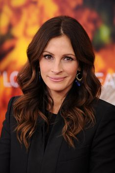 Soft, loose waves on Julia Roberts work magic to draw attention from signs of aging and make her face appear youthful. Get a flattering #hair #color to take years off your face here: http://www.haircolorforwomen.com/breakthrough-hair-color-system-your-salon-doesnt-want-you-to-know-about-p/