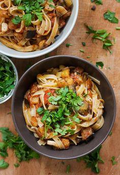 tagliatelle z bakłażanem i pomidorami