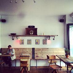 Brooklyn cuisine in Hamburg: pastramis, burgers and flat whites served in a very atmospheric place! // Wunderbar belegte Pastramis, Burger, Kaffespezialitäten und allerlei andere Leckereien gibt es bei Luncheonette in hippem Ambiente, das an Brooklyn Cafés erinnert.