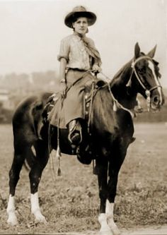 Two-Gun Nan Aspinwall's magnum opus came in when she rode from San Francisco to New York on her mare, Lady Ellen, covering 4496 miles and taking 180 days in the saddle. At 31 years old, she became the first woman to ride from coast to coast. Vintage Cowgirl, Cowboy And Cowgirl, Vintage Horse, Cowgirl Style, Cowgirls, Westerns, Into The West, Cowboys And Indians, Le Far West