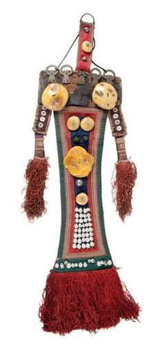 Tibet | Woman's headdress (Perak) from the Yuma region | Red cloth covered ornately with turquoise, pearls, metal and amber | Est. 500 - 700€