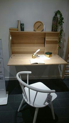 Wall mounted foldable desk