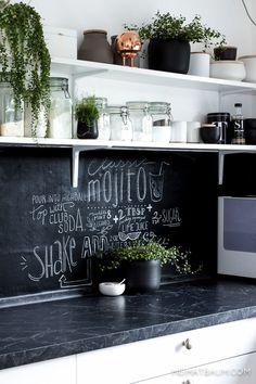 Küchen Design. Wand mit Tafelfarbe in der Küche – für Rezept oder auch für die nächste Einkaufsliste anschreiben. Einfache Tricks für den alltag @heimatbaumcom