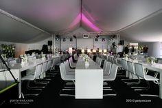 Brugtafels St. Tropez met designstoelen Jo, statafels Ibiza en hoogglans buffetten met LED-verlichting werden opgebouwd in een witte tent en op grijs tapijt. Grote vazen met fraaie bloemdecoraties - zowel binnen als buiten - en subtiele tafeldecoraties met dezelfde accenten maakten het plaatje compleet en stonden aan de basis van een heerlijk feest!