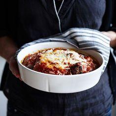 Succéköttbullar med massor av smak får du när du gratinerar dem i en mustig tomatsås under parmesan och mozzarella. Måste provas!