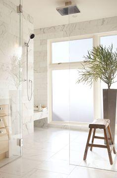 Decoração Contemporânea na Califórnia por John Maniscalco - Decoração de Banheiros - Banheiros Decorados - Casa de Banho - Mármore na Parede - Banheiro de Mármore - Banheira de Cerâmica - Chuveiro de Teto - #BlogDecostore
