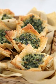 These Spinach & Ricotta Tarts with puff pastry make the most delicious…