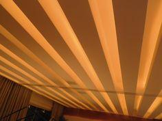 Home Theater. Arquitetos Gabriel Magalhães e Luiz Cláudio Souza. O forro, rebaixado, foi composto de diversas vigas falsas iluminadas, que reproduz o sentido de assentamento do piso laminado de madeira.