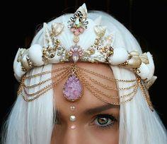 Image about hair in mermaid by Fivien on We Heart It Mermaid Costume Makeup, Mermaid Makeup, Headdress, Headpiece, Seashell Crown, Shell Crowns, Crown Images, Mermaid Crown, Diy Crown