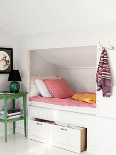 inbygd säng platsbyggd förvaring vitt sovrum inspration gästrum
