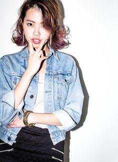 ミディアムレイヤースタイルです!! カラーは、ベージュから毛先に向けてパープルをグラデーションで入れています!! 前髪を立ち上げて流して全体の毛先を外ハネにしてます!!レイヤーを入れることによっていろんなスタイリングが楽しめるし、カラーも楽しめますよ♪