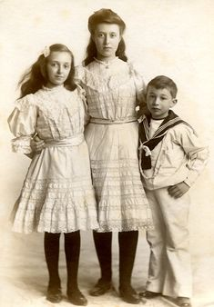 Sisters: Doesn't this look like our family pic w/ you,David and me? Vintage Children Photos, Vintage Girls, Vintage Pictures, Vintage Images, Vintage Outfits, Edwardian Era, Edwardian Fashion, Vintage Fashion, Victorian