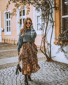 Boho Style Flower print bohemian long skirt, boho fasjion ideas, boho knit sweater, gypsy shoes Why Fashion 2020, Look Fashion, Winter Fashion, Maxi Skirt Outfits, Maxi Skirts, Mode Outfits, Fall Outfits, Fashion Outfits, Mode Simple