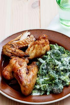 Keto Chicken Wings with Creamy Broccoli - Diet Doctor Ketogenic Recipes, Low Carb Recipes, Diet Recipes, Cooking Recipes, Healthy Recipes, Recipies, Dessert Recipes, Broccoli Diet, Broccoli Recipes