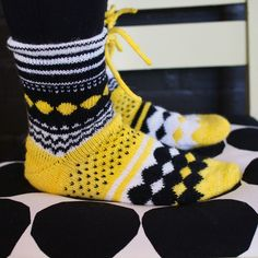 marimekko villasukat - Google-haku Crochet Socks Pattern, Diy Crochet And Knitting, Mittens Pattern, Fair Isle Knitting, Knitting Socks, Hand Knitting, Knitting Patterns, Knitting Machine, Knitting Ideas