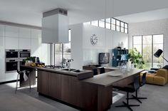 Un nuovo stile, una nuova filosofia dell'abitare per riscoprire in dettagli colorati, in piani sfalsati e in originali soluzioni tutta la facilità del costruire totalmente su misura il proprio sogno di cucina.