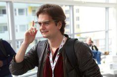 Todo el mundo conoce las gafas de Google. Pero tras toda nueva tecnología nos topamos rápidamente con pros y contras. En este caso la creciente necesidad de desarrollo de aplicaciones para Google Glass. Con estas nuevas gafas de alta tecnología google nos muestra que podemos hacer lo mismo que n... Los pros y los contras de las Google Glass en http://yeep.ly/1hZqY1U